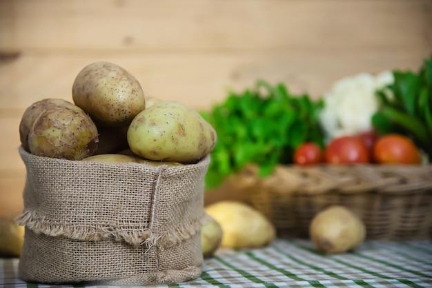 Batata fresca na cozinha pronta para ser cozido