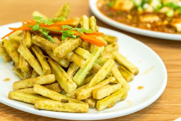 Batata frita berinjela com molho