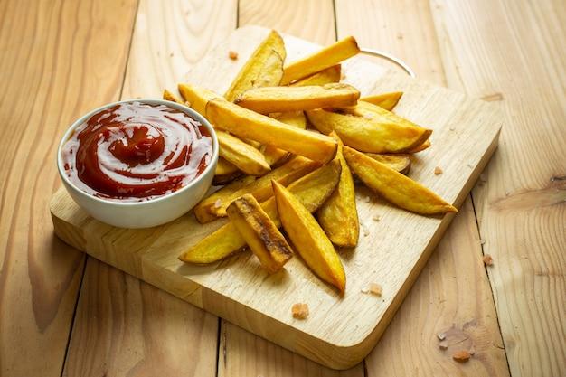 Batata frita caseira na mesa de madeira