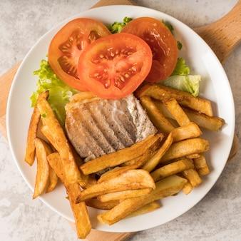 Batata frita com carne e tomate picado
