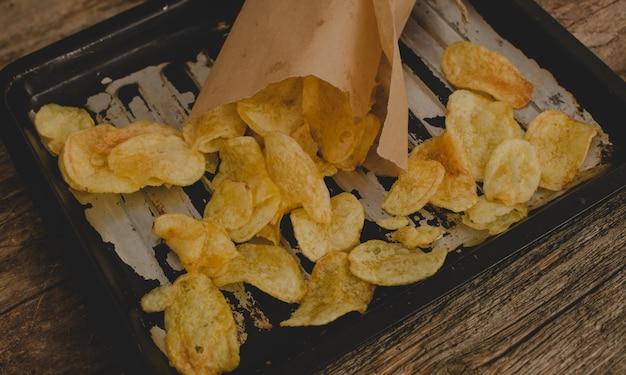 Batata frita em cima da mesa