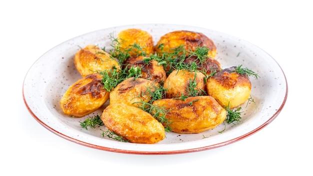 Batata frita fresca e endro em um prato isolado. comida caseira