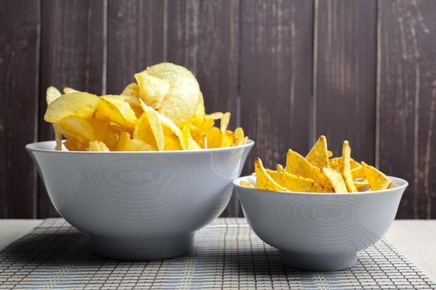 Batata frita na tigela sobre uma mesa