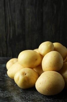 Batata jovem saborosa na mesa preta esfumada