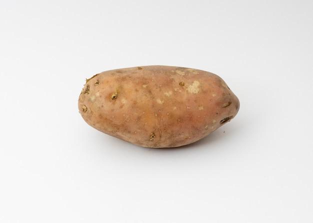 Batata orgânica única isolada no branco