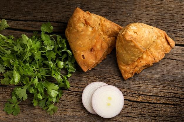 Batata samosa.spicy comida de rua, famosos snacks na índia