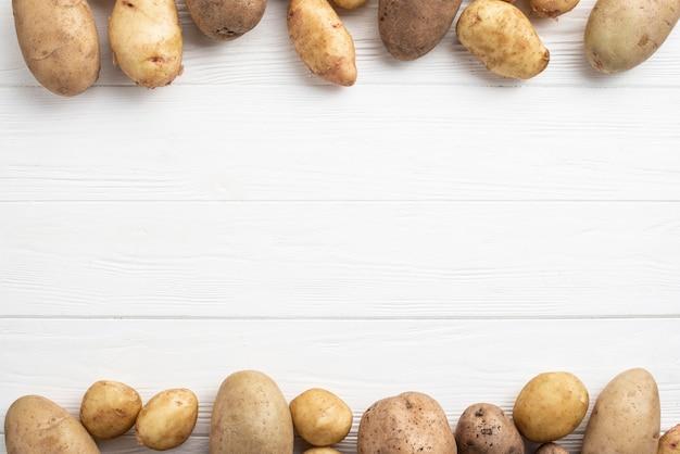 Batatas alinhadas na mesa