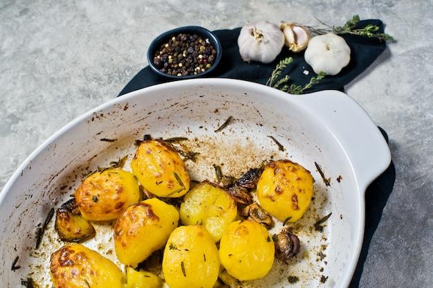 Batatas assadas com alho, tomilho, alecrim e alho.