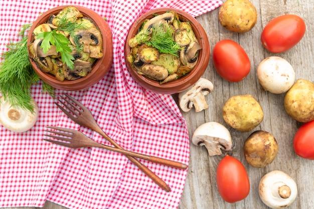 Batatas assadas com carnes e cogumelos com adição de temperos diversos.