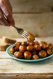 Batatas assadas com casca