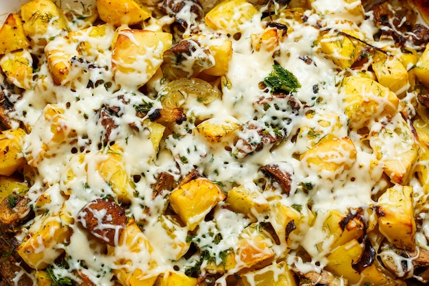 Batatas assadas com cogumelos e queijo com temperos e ervas