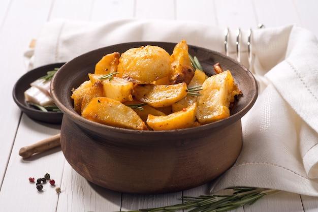 Batatas assadas em panela de barro