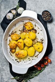 Batatas assadas em uma assadeira.