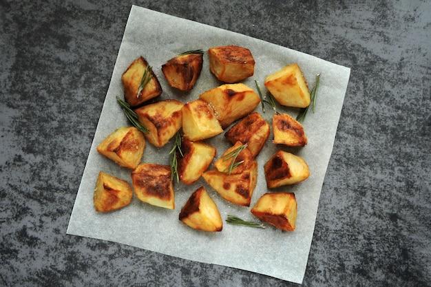 Batatas assadas no papel com alecrim e sal marinho