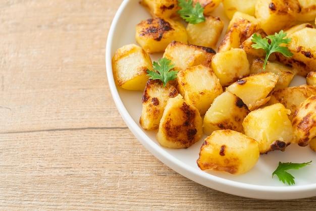 Batatas assadas ou grelhadas em prato branco