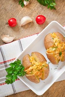 Batatas assadas recheadas com cenoura e frango picado