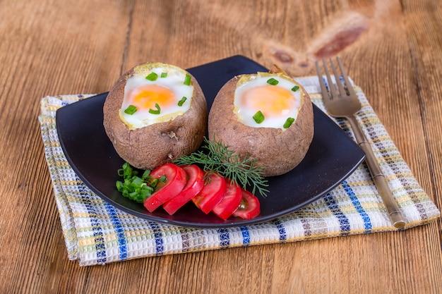 Batatas assadas recheadas com queijo e ovo