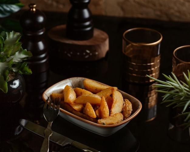 Batatas assadas tradicionais com ervas em uma tigela funda