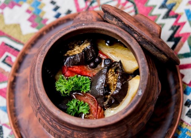 Batatas com carne e legumes em panela de barro. cozinha nacional da geórgia. restaurante.