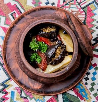 Batatas com carne e legumes em panela de barro. cozinha nacional da geórgia.