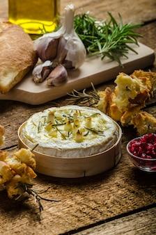 Batatas com ervas e especiarias na mesa de madeira