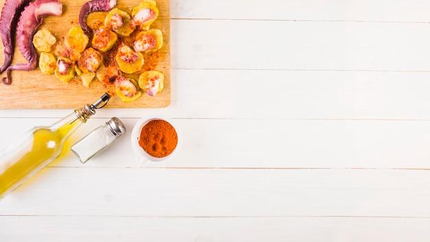 Batatas com polvo na área de trabalho de cozinha