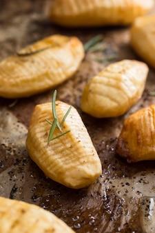 Batatas cozidas deliciosas de alto ângulo