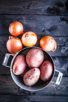 Batatas cruas e cebolas