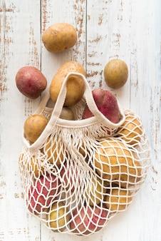 Batatas cruas em saco de têxteis