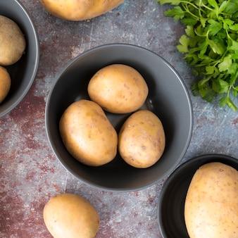 Batatas cruas em tigela cinza