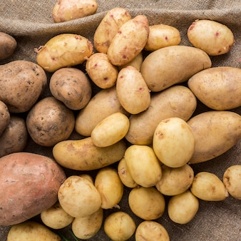 Batatas cruas na mesa