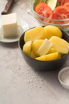Batatas cruas picadas em uma tigela cinza
