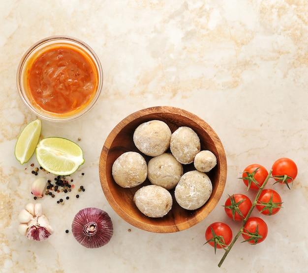 Batatas das canárias cozidas com sal, molho mojo, limão, tomate, alho e especiarias