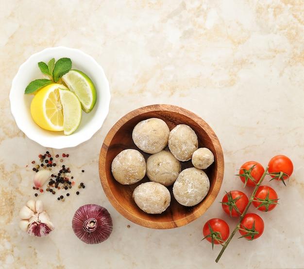 Batatas das canárias cozidas com sal, rúcula, limão, tomate, alho e especiarias