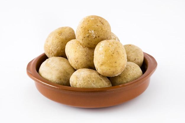 Batatas das canárias, isoladas no branco