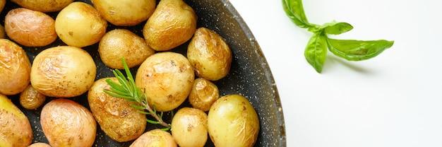 Batatas douradas assadas com casca. bandeira