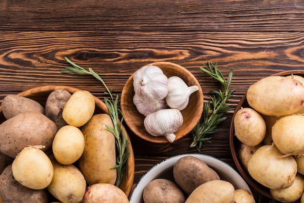 Batatas e alho com cópia-espaço