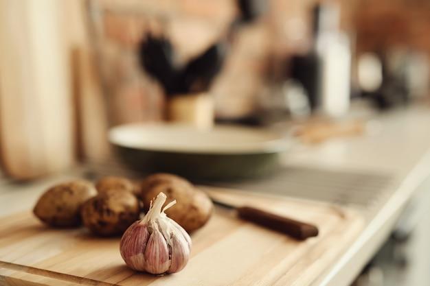 Batatas e alho na cozinha
