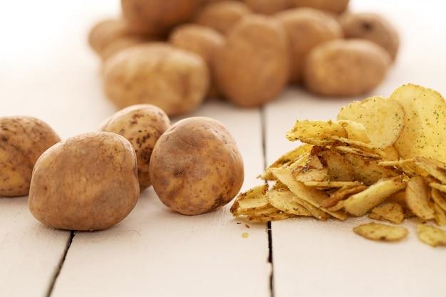 Batatas e batatas fritas com casca rústicas