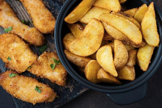 Batatas e frango crocante de close-up