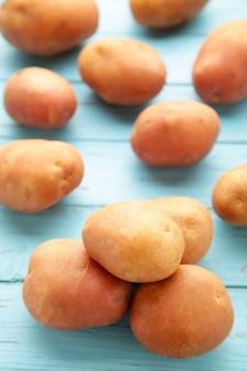 Batatas em fundo azul, vista superior.