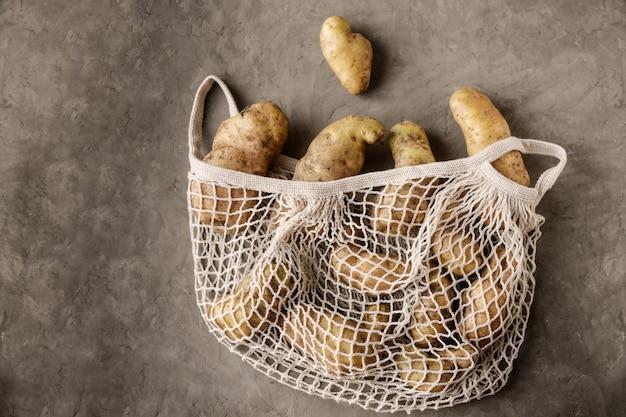 Batatas em saco de malha ecológico