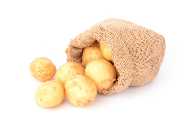 Batatas em um branco