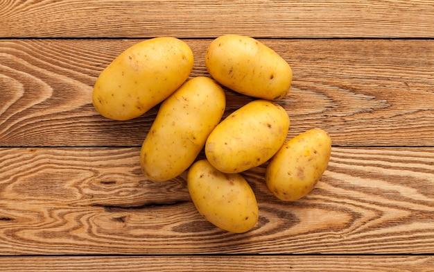 Batatas em um fundo de madeira