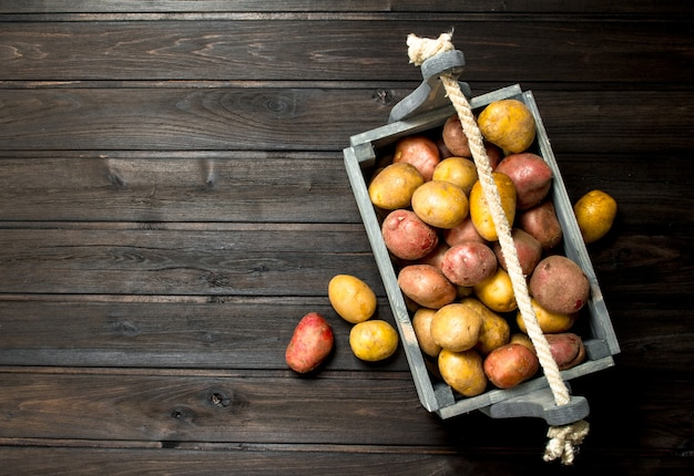 Batatas em uma caixa. em madeira