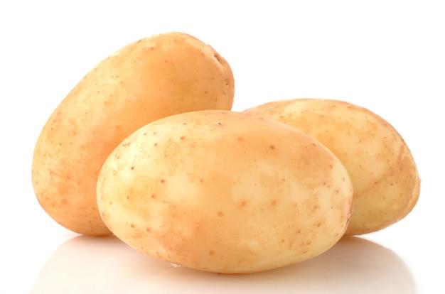 Batatas em uma superfície branca