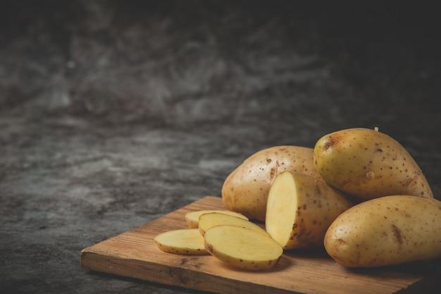 Batatas fatiadas colocadas no bloco de desbastamento