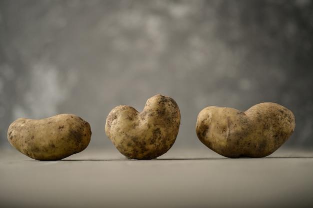 Batatas feias frescas