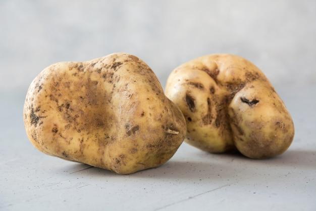 Batatas feias. legumes orgânicos de conceito.