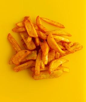 Batatas francesas em um fundo amarelo